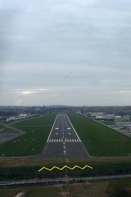 Final runway 25 at EBKT