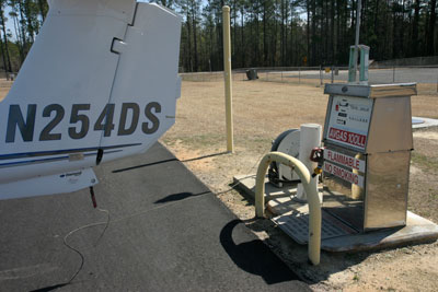 Foto-2---Fuel-uit-the-Middle-of-Nowhere-in-Martin-County-airport