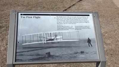 Foto-7---Iconische-foto-van-hun-eerste-vlucht-met-hun-lanceerspoor-op-de-achtergrond