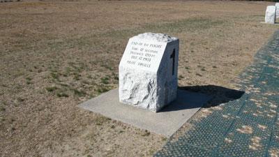 Foto-8---Marker-die-aangeeft-tot-waar-Orville's-eerste-vlucht-ging.-12-seconden,-120-voet