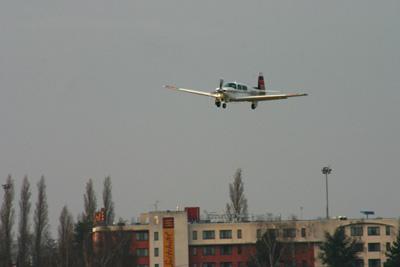 N201DJ final runway 20