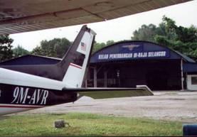 Mijn lievelings Cessna 172 9M-AVR op de apron aan de hangar van de Royal Selangor Flying Club