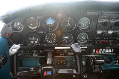 Cockpit Piper PA-28 N3987X
