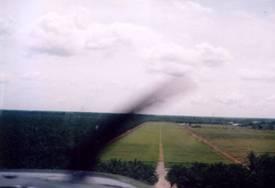 21.Short final runway 21 Jenderata: na de electriciteitsdraad, midden op de weg landen en corrigeren met rudder wanneer je eraf glijdt